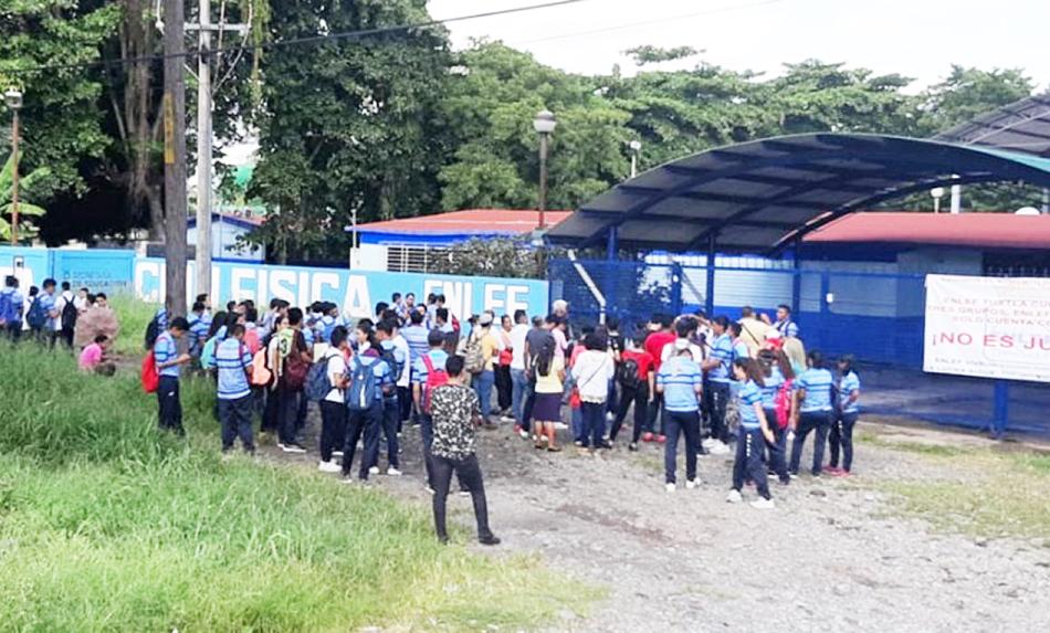Alumnos toman ENLEF Tapachula; exigen ampliación de matrícula