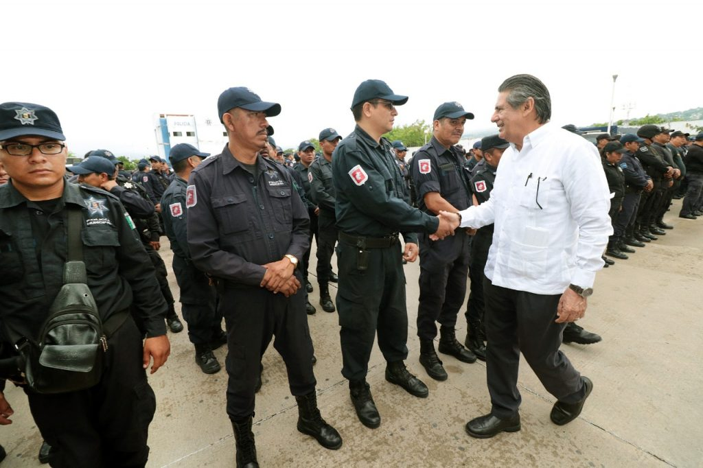 Carlos Morales otorga estímulos económicos a policías de Tuxtla Gutiérrez