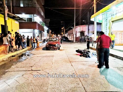 Grave motociclista al chocar contra vehículo en Huixtla