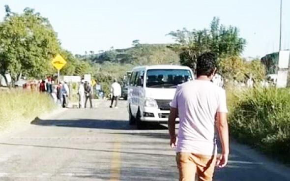 Inician bloqueo carretero piden pago de adeudo y contratar 2 maestros