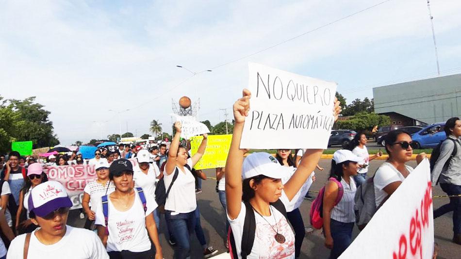 Marchan pedagogos en Tapachula; rechazan plazas automáticas y piden evaluación equitativa