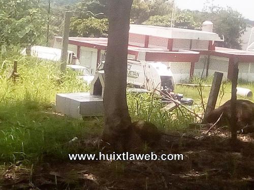 Abandonan carro cargado de basura frente al auditorio de Huehuetán