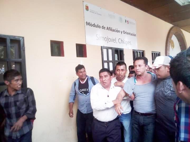 Causan destrozos en alcaldía de Simojovel y retienen al secretario municipal