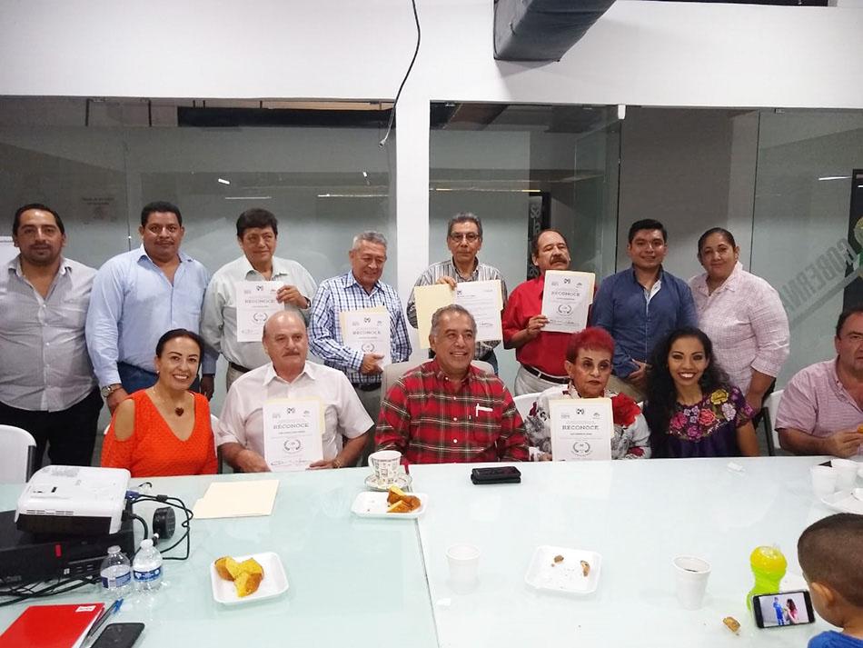 El PRI entrega reconocimientos a militantes con más de 30 años de ser priístas