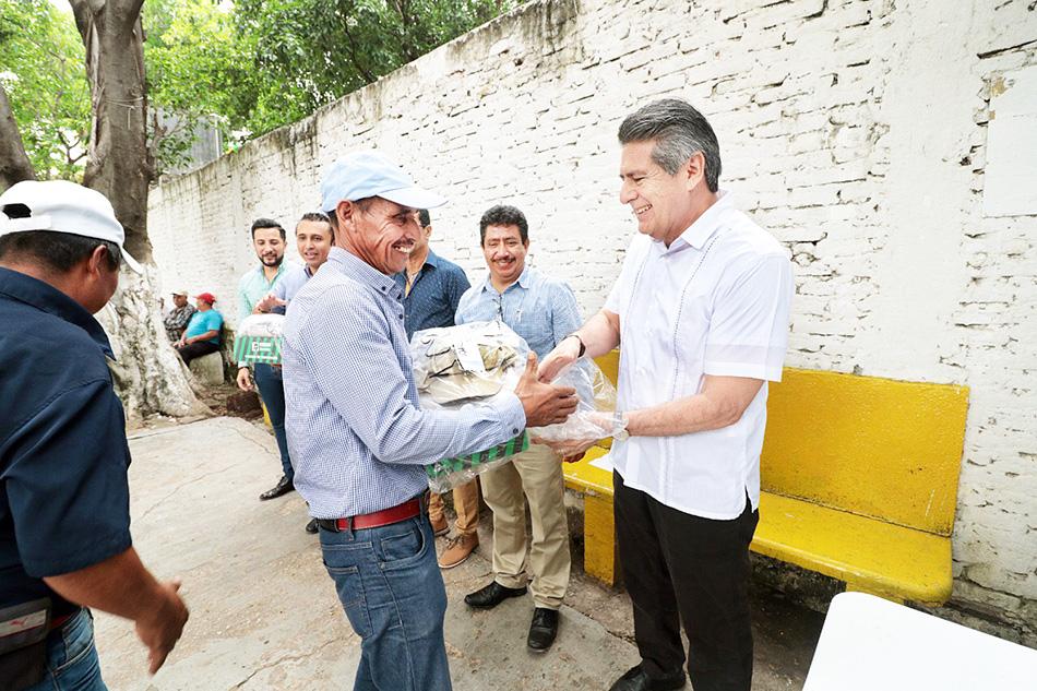 Entrega Carlos Morales uniformes a trabajadores de la Dirección de Obras Viales de Tuxtla Gutiérrez