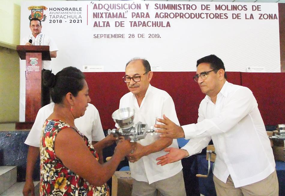 Entrega Edil Óscar Gurría molinos de nixtamal a productores de la zona alta