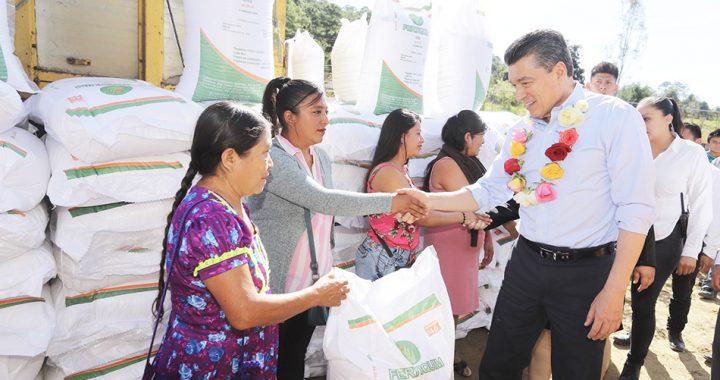 Entrega Rutilio Escandón apoyos agrícolas y ganaderos a hombres y mujeres de cinco municipios