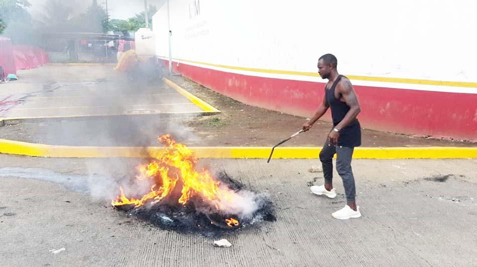 Extracontinentales queman llantas afuera de la Siglo 21 se dicen engañados por el INM