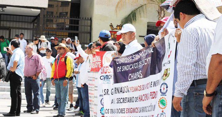 Marchan trabajadores del Cecytech; exigen pago retroactivo