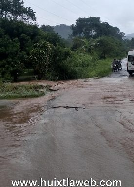 Se colapsa carretera en Tuzantán