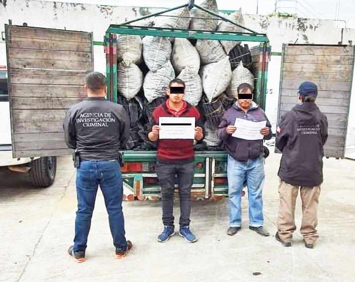 Detienen a dos hombres con 46 costales con más de 900 kilos de carbón