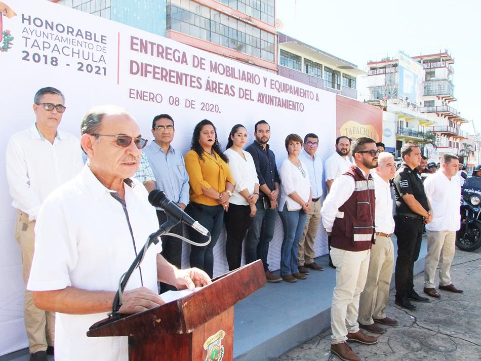 Edil Dr. Óscar Gurría entrega mobiliario y equipamiento a diversas áreas del Ayuntamiento
