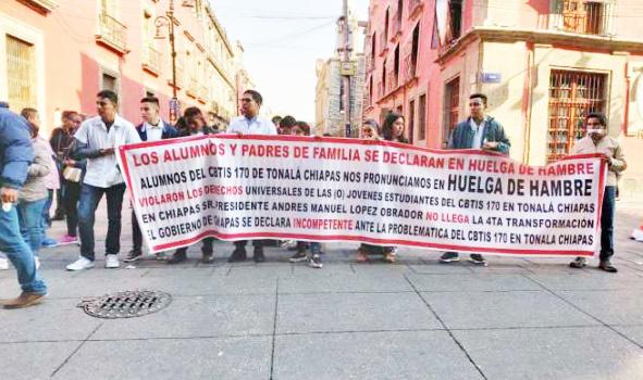 En huelga de hambre estudiantes del CBTIS 170 de Tonalá frente a Palacio Nacional