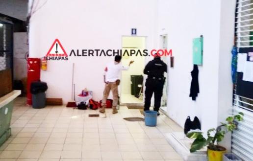 Muere individuo en baño público del Mercado de las Flores