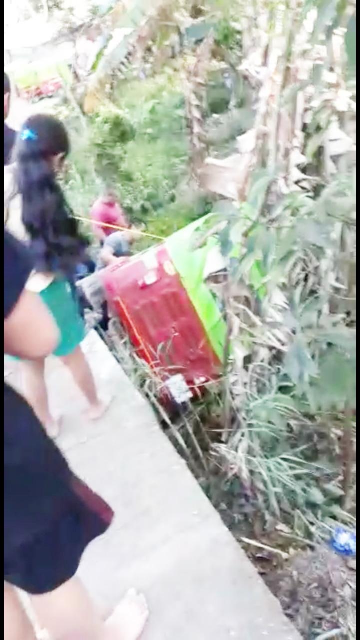 Por falta de precaución vuelca moto-taxi en El Bosque