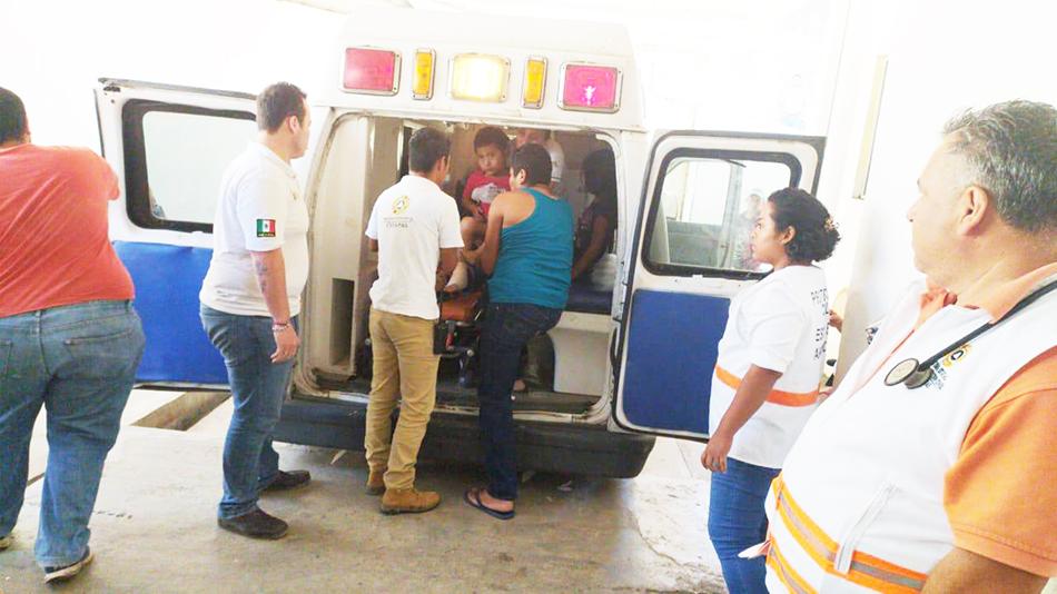 Protección Civil brinda atención a accidente carretero suscitado en Ixhuatán