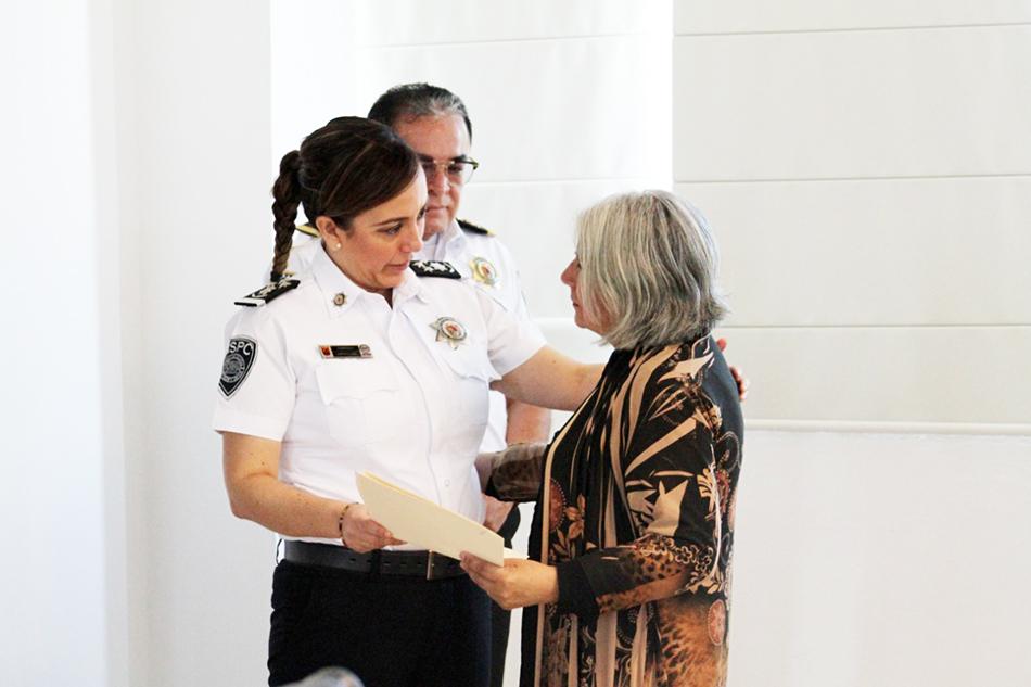 Titular de la SSyPC entrega cheques de seguros de vida a familiares de policías