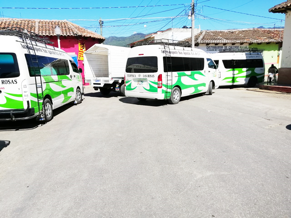 Transportistas bloquean calles de Teopisca, exigen liberar unidad retenida