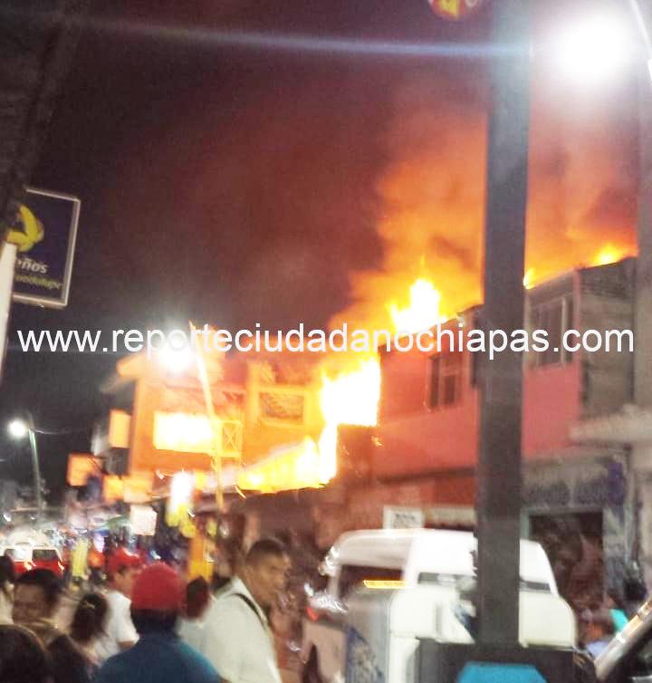 Voraz incendio consume planta superior de comercio en el centro de Tuxtla