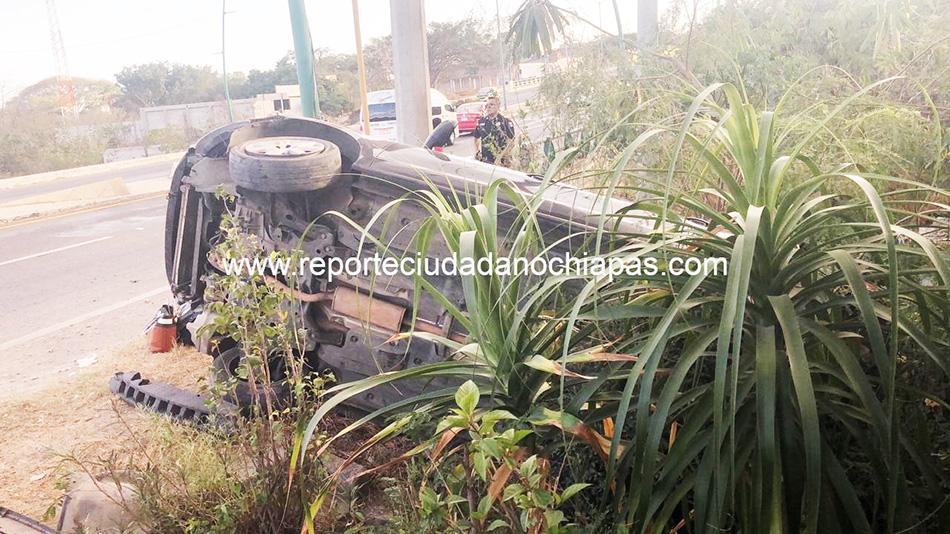 Vuelcan mujeres en la carretera Tuxtla - Chiapa de Corzo
