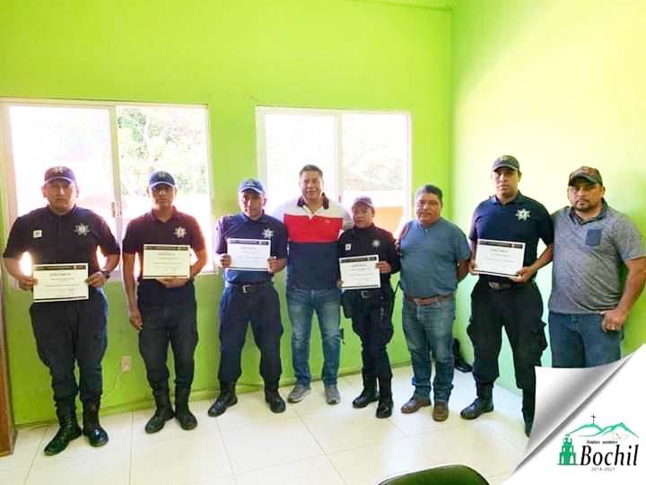 Entregan reconocimiento a oficiales de la policía municipal de Bochil