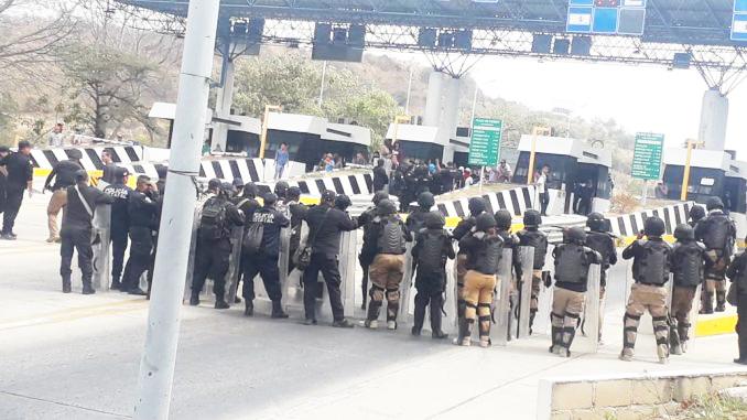 Estudiantes normalistas se manifestaron en inmediaciones de caseta de cobro de carretera Tuxtla-San Cristóbal