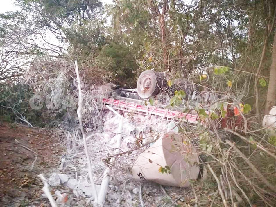 Fallece conductor de tráiler al sufrir volcadura