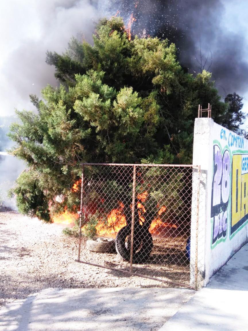 Incendian puestos de venta de huachicol