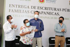 Rutilio Escandón entrega 70 escrituras públicas a familias de distintas colonias de Tuxtla Gutiérrez